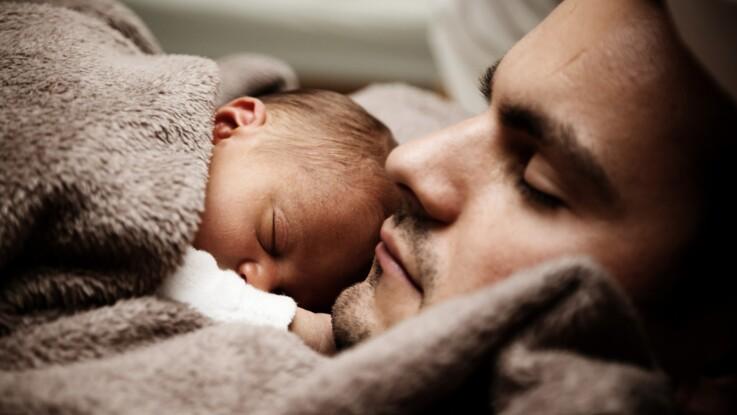 Cododo, portage, allaitement tardif… 5 choses à savoir sur les techniques de maternage proximal