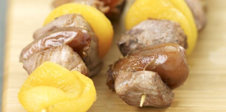 Brochettes d'agneau aux dattes et abricots secs