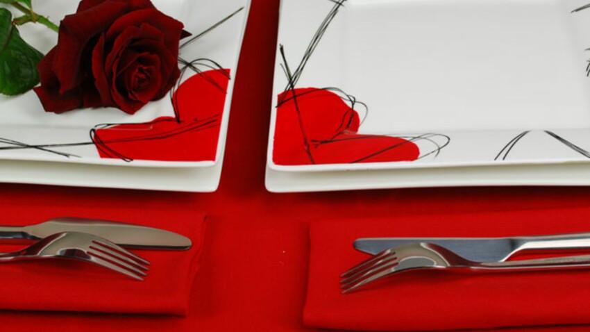 Une table personnalisée avec la peinture sur assiette