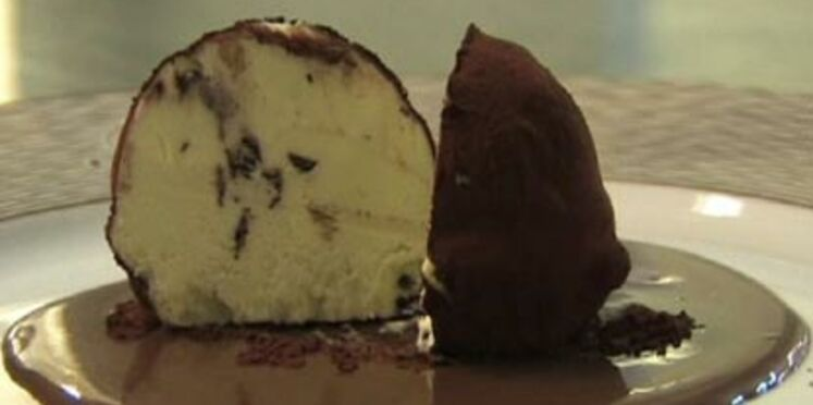 Truffe glacée à la menthe, sauce chocolat