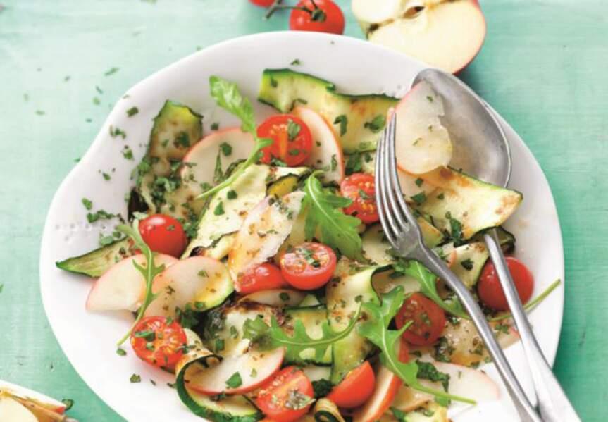Salade aux courgettes grillées, pommes et tomates cerise