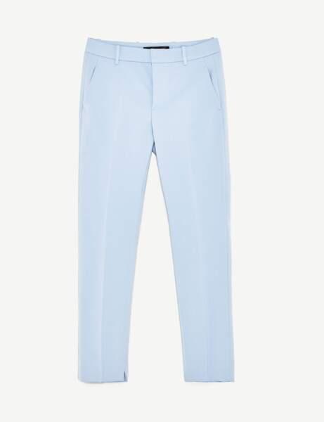 Le pantalon classique twisté d'une couleur pastel