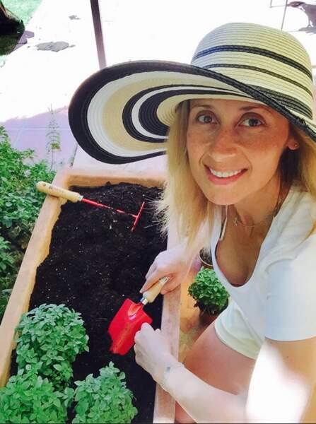 Lara Fabian au naturel pour jardiner