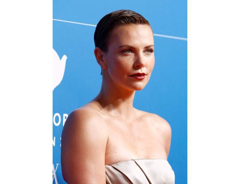 En 2013, elle retrouve le brun et apparait les cheveux courts et gominés