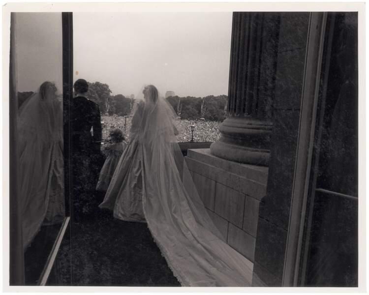 Diana et Charles apparaissent, pour la foule, et de dos pour l'assistant photographe.
