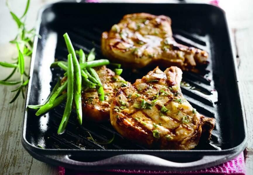 Côte de porc au romarin, aux anchois, à l'ail et au vin rose