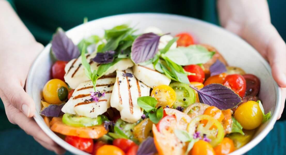 Salade grecque à la tomate, au fromage halloumi et aux deux basilics