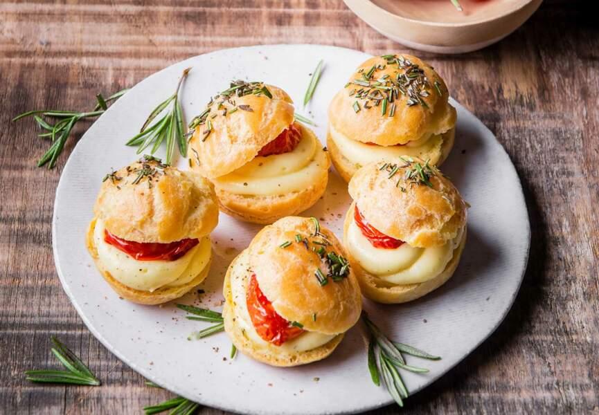 Mini choux à la Raclette RichesMonts, tomates confites et romarin