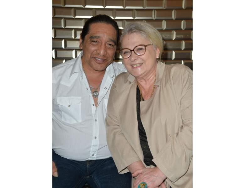 Elle est prise en photo avec son mari George Aguilar en 2017