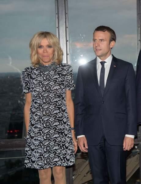 Brigitte Macron en robe en dentelle bicolore