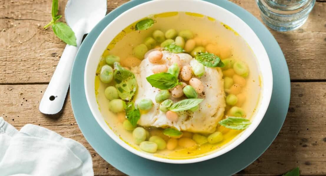 Filet de merlu servi dans un bouillon de volaille au citron vert