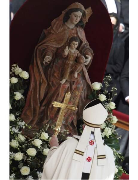 Le pape François rend hommage à la Vierge Marie