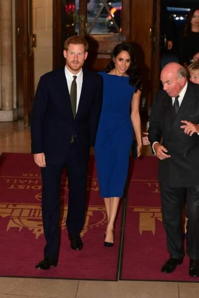 De son côté, le prince Harry avait choisi une cravate couleur vert olive...