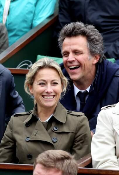 Anne-Sophie Lapix avec son mari Arthur Sadoun dans les tribunes de Roland Garros le 3 juin 2016.