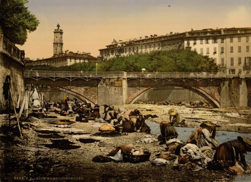 Des blanchisseuses en plein ouvrage dans une rivière de Nice