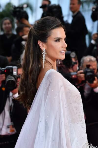 Cannes 2019 : Quand le top Alessandra Ambrosio ose une tenue qui en dévoile un peu trop…