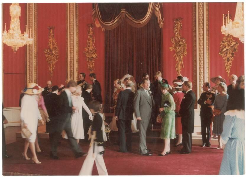 Les invités se pressent au mariage de Diana et Charles.