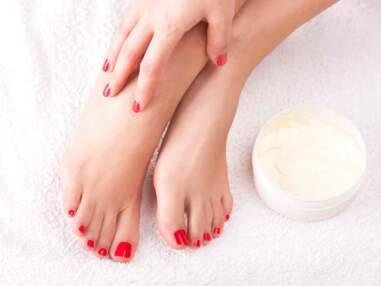 De jolis pieds avec une mise en beauté étudiée