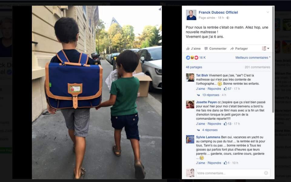 Les fils de Franck Dubosc, Raphaël et Milhan, 6 ans et 3 ans et demi, main dans la main pour la rentrée