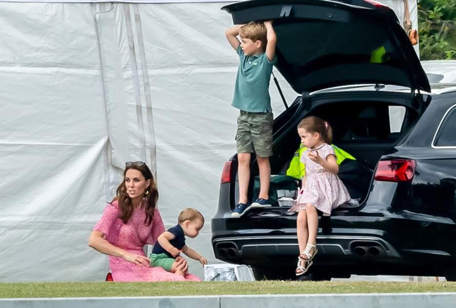 ... Charlotte et l'aîné George bien affairé dans la voiture.