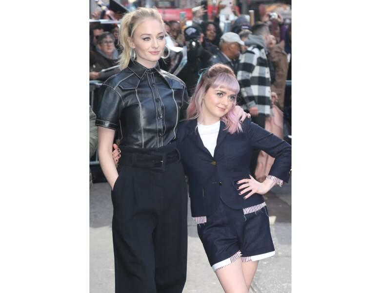 Sophie Turner arbore une queue-de-cheval haute et pose avec son amie Maisie Williams