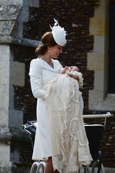 Le baptême n'a pas échappé à la règle, Kate Middleton avait accordé sa tenue à celle de Charlotte