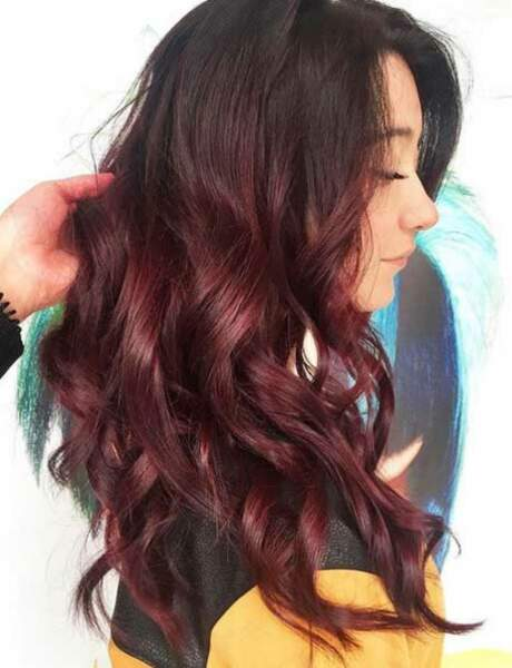 La coloration burgundy sur cheveux longs