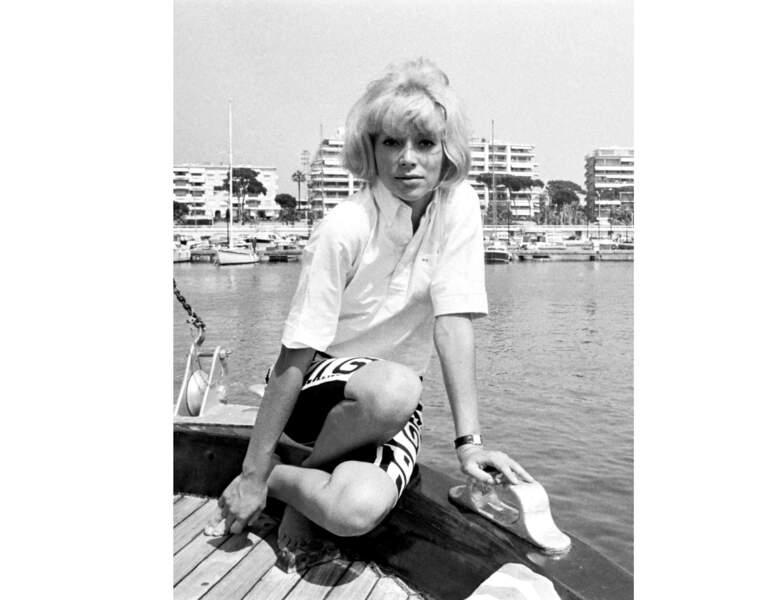 La jeune femme est photographiée sur la côte d'azur