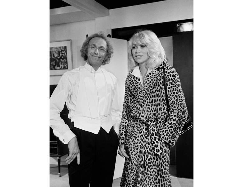 """Sur le tournage du film """"Le grand blond avec une chaussure noire"""", elle pose avec Pierre Richard"""