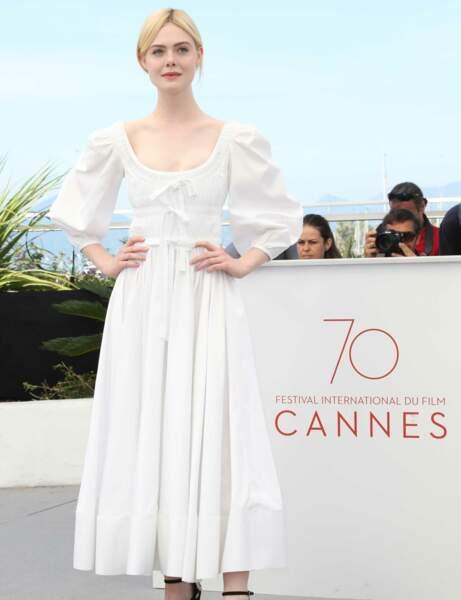 Elle Fanning en robe blanche aux épaules bouffantes