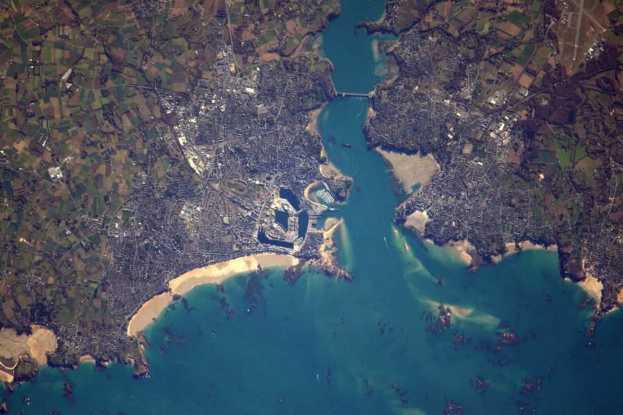 Saint-Malo ou Dinard ? A gauche, la cité corsaire, à droite, la station balnéaire huppée