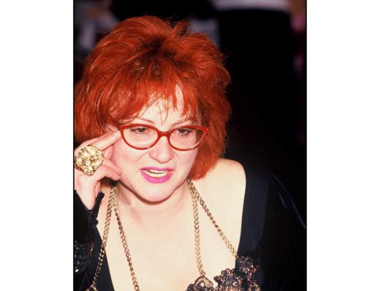 À 37 ans (1987), elle ose le rouge flamboyant