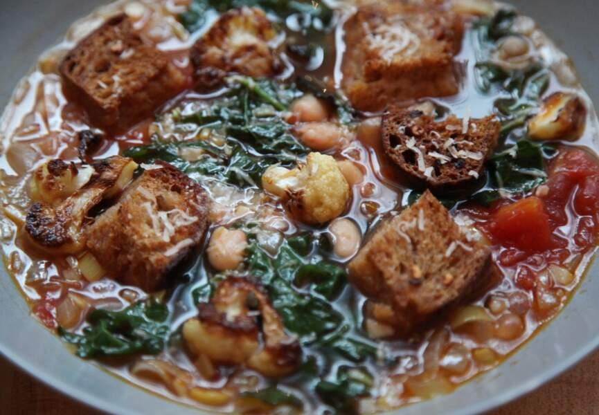 Soupe de chou kale aux tomates et haricots blancs