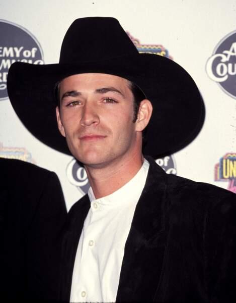 Luke Perry à la cérémonie des Annual Academy Awards de country musique en 1994.