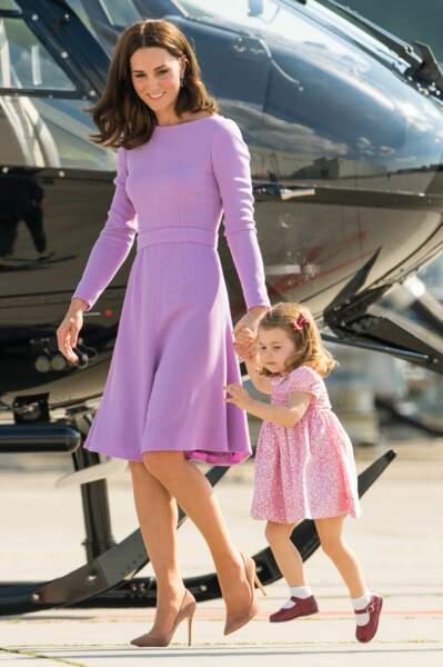 Cela n'a pas du vous échapper, les tenues de Kate Middleton et Charlotte sont toujours coordonnées !