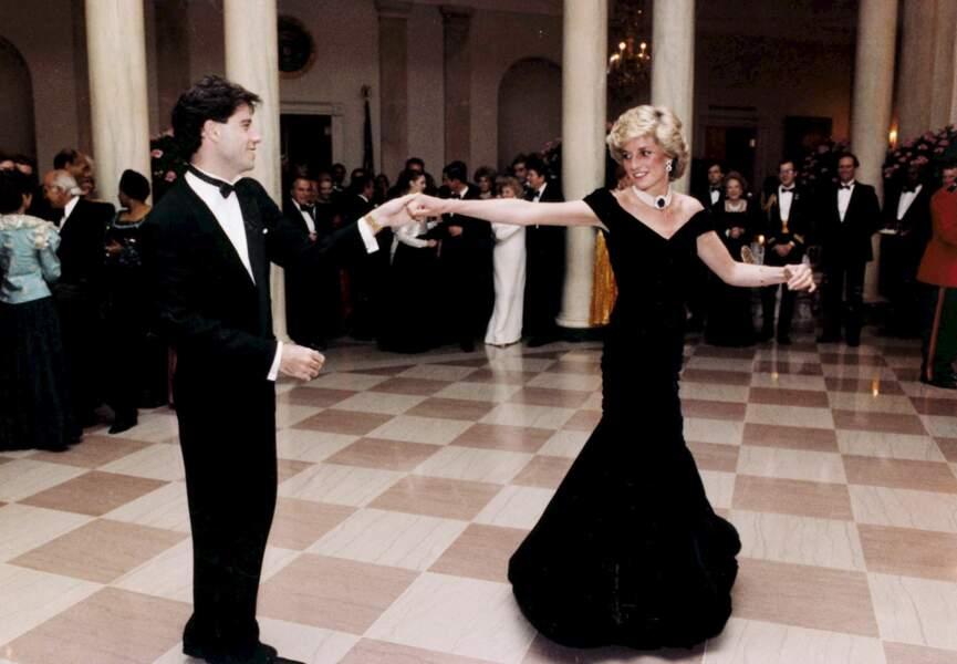 Diana danse avec John Travolta, en 1985, lors d'un dîner organisé à la Maison-Blanche.