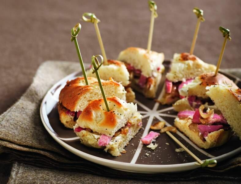 Bagel au chèvre frais, oignons caramélisés et jambon