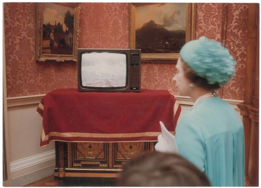 La Reine dans les couloirs de Buckingham.