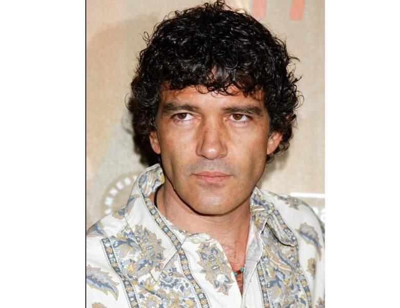 2004 : l'acteur a 44 ans et laisse ses cheveux pousser