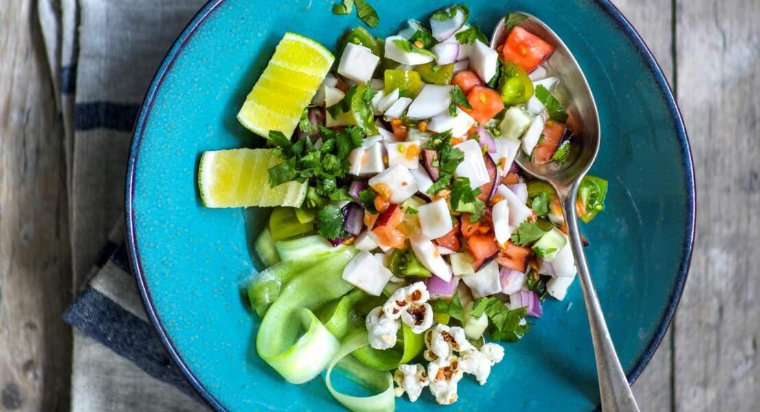 Salade tahitienne croquante concombre, tomate et noix de coco au pop-corn