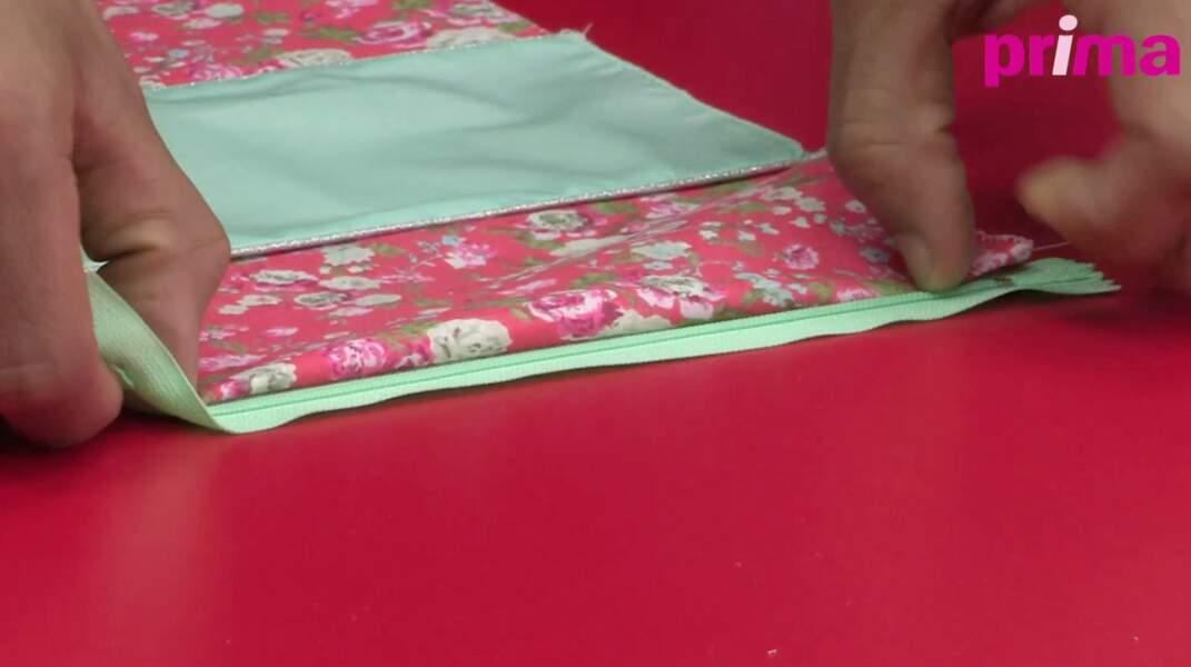 Piquez la fermeture à glissière sur le tissu floral