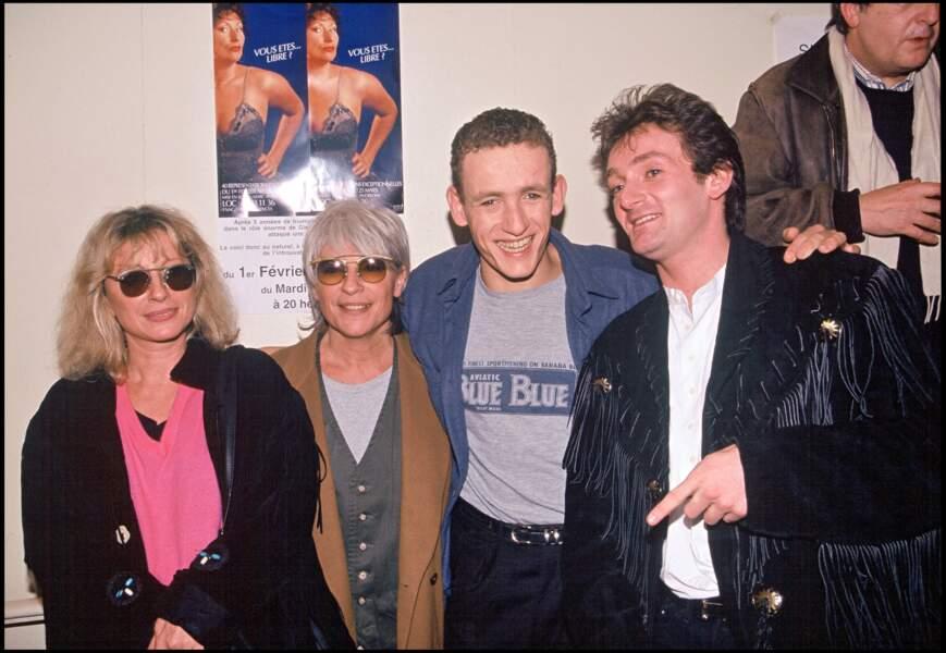 Véronique Sanson, Catherine Lara, Pierre Palmade entourent Dany Boon après sa première au Palais des Glaces en 1995