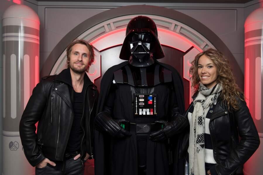 Philippe Lacheau et sa compagne Elodie Fontan posent avec Dark Vador à Disneyland Paris le 25 mars 2017.