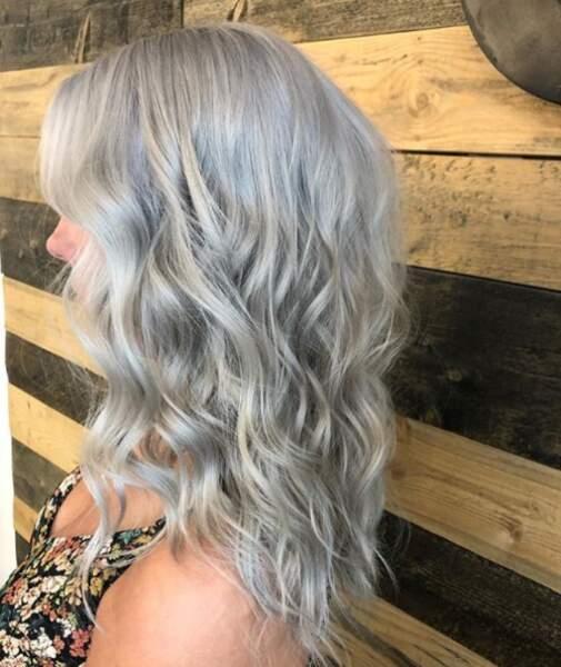 Sur les ondulations, le silver hair de Katherine Coiffure a quelque chose de féérique