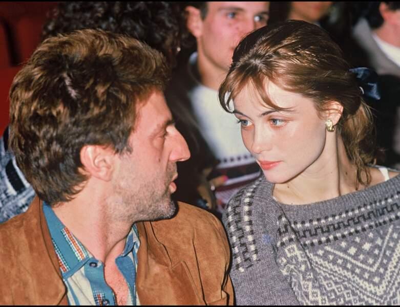 La même année, elle apparait avec son compagnon Daniel Auteuil