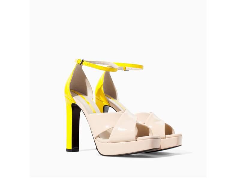 En talons : en sandales bicolores