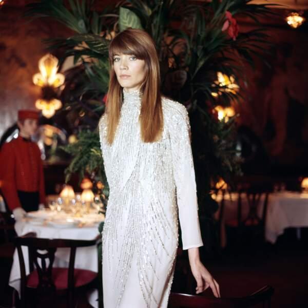 Portrait de Françoise Hardy au restaurant Chez Maxim's le 27 décembre 1969.