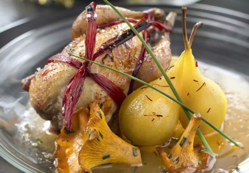 Caille rôties aux poires confites et sirop de safran, girolles et sauce au miel