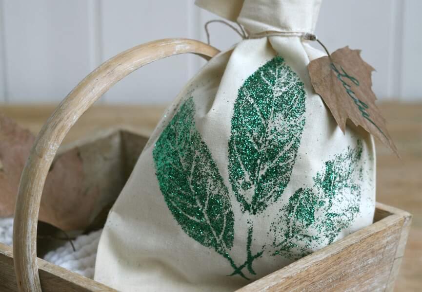 Un pochon avec des feuilles pailletées
