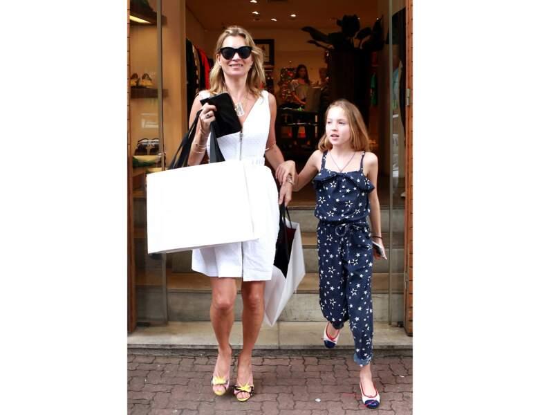 Toujours en 2014, la mère et la fille font du shopping au Brésil